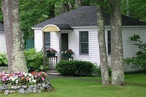 Hanscom's Motel & Cottages :: 12 lovely cottages & motel just a short walk to private beach, 4 miles to downtown Bar Harbor, & minutes to Acadia National Park. Pets welcome! Great for families or couples!