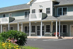 Cromwell Harbor Motel :: Bar Harbor's 'Quiet Main Street Motel', located in downtown Bar Harbor close to shops, restaurants, and just 5 minutes from Acadia National Park. Clean, comfortable rooms.