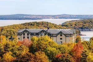 Hampton Inn Bar Harbor : Offering stunning views of the ocean and mountains. Set in a private, secluded location, just a short walk from downtown Bar Harbor. Upscale design & leisure amenities!